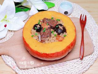 香菇蒸排骨,将饭盛入金瓜中,一碗有颜值的香菇蒸排骨就上桌了!
