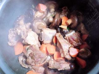 香菇蒸排骨,将排骨倒入高压锅中,放汤抹过米饭。