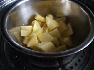 金丝凤尾虾,土豆去皮切块。