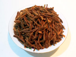 干豆角红烧肉,把豇豆切成寸段