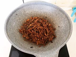 干豆角红烧肉,加入豇豆