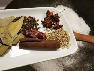 盐焗花生米,放入香辛料一起翻炒