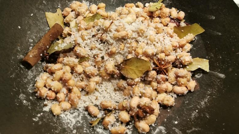 盐焗花生米,这时的花生仁比较湿 会黏上盐