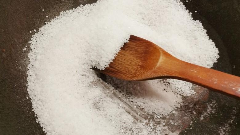 盐焗花生米,大火将盐炒热