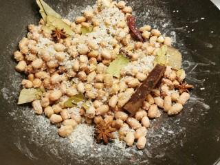 盐焗花生米,翻炒均匀