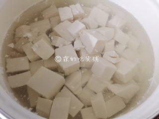 花蛤豆腐汤,开水里汆一下,去掉点豆腥味(不在意的就忽略。)