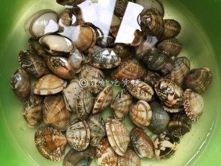 花蛤豆腐汤,花蛤买回来,盐水里养一阵,还可以水里滴上几滴香油,让它尽量吐尽泥沙。