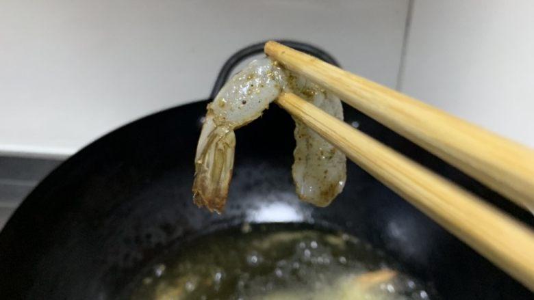金丝凤尾虾,放油油热炸