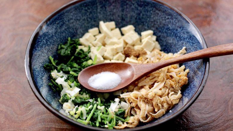 萝卜樱海鲜豆腐蒸饺,再根据个人口味,加入适量的盐调味。