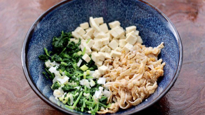 萝卜樱海鲜豆腐蒸饺,把焯过水的萝卜樱用刀切碎,放入一个容器里,再放入切碎的扇贝边和老豆腐,葱姜碎。