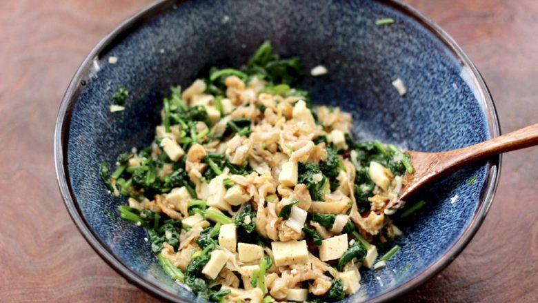 萝卜樱海鲜豆腐蒸饺,把所有的食材都混合搅拌均匀即可。