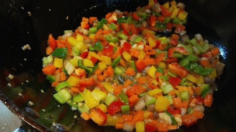 炒猫耳朵,炒到椒丁七成熟倒入适量醋。