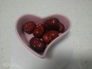 銀耳、山藥、紅棗、草莓羹,紅棗準備好
