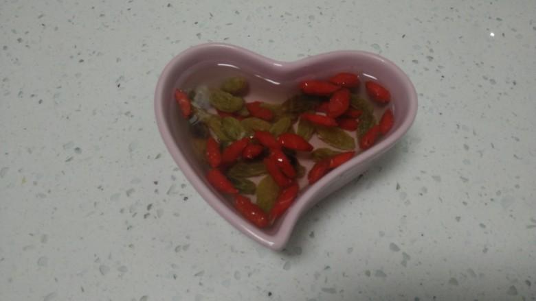 银耳、山药、红枣、草莓羹,葡萄干、枸杞清洗干净