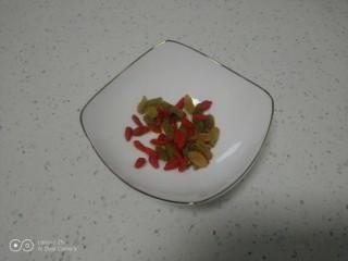 银耳、山药、红枣、草莓羹,捞出