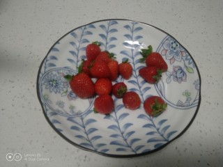 银耳、山药、红枣、草莓羹,草莓洗净