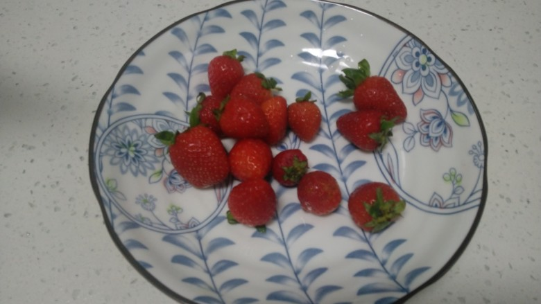 银耳、山药、红枣、草莓羹,<a style='color:red;display:inline-block;' href='/shicai/ 592'>草莓</a>洗净