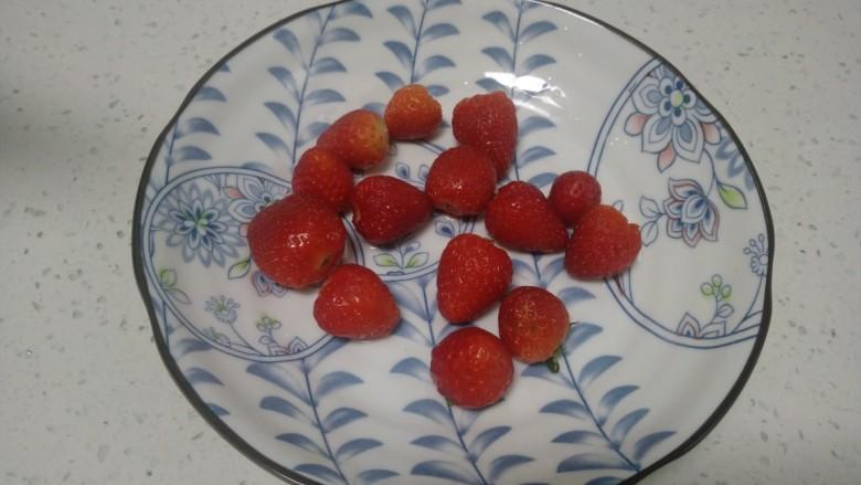 银耳、山药、红枣、草莓羹,去蒂