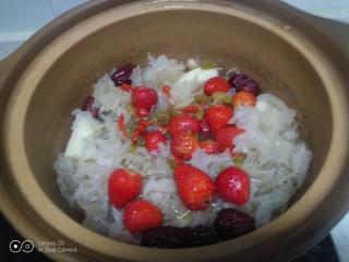 銀耳、山藥、紅棗、草莓羹,小火煮50分鐘,放入草莓、枸杞、葡萄干