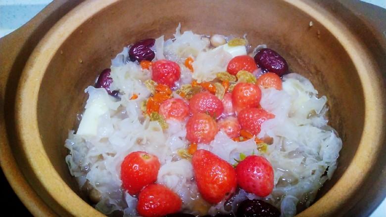银耳、山药、红枣、草莓羹,再煮2分钟