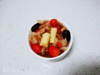 银耳、山药、红枣、草莓羹,盛入碗里
