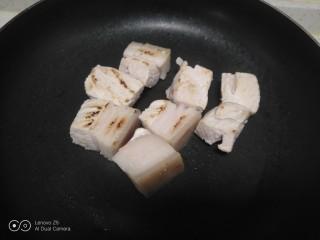 红烧肉炖冬瓜,锅中放入肉块炒干水分盛出