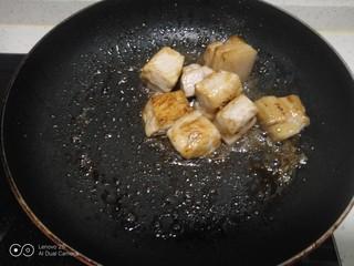 红烧肉炖冬瓜,小火炒至金黄色,放入肉块