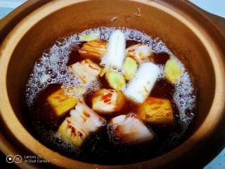 红烧肉炖冬瓜,倒入砂锅中