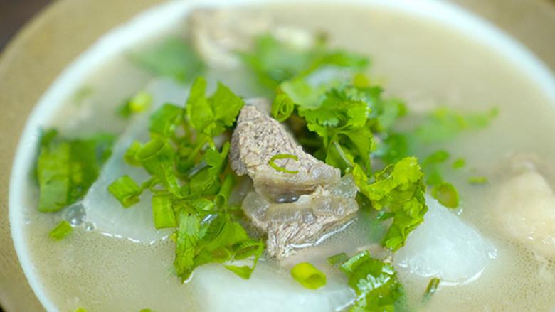 羊肉汤,盛出羊肉汤,撒上香菜即可。