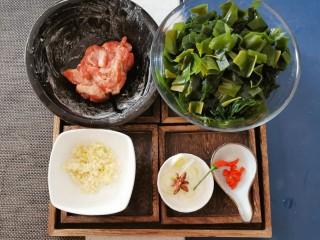 韩国海带汤,葱切片  红尖椒切圈 海带切条状
