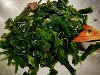 韩国海带汤,牛肉变色后放入海带翻炒2分钟