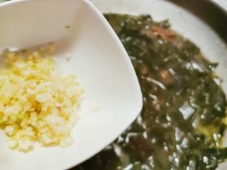 韩国海带汤,煮至海带适合自己口感需要时 放入蒜末增香去腥