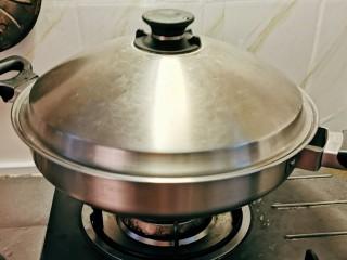 韩国海带汤,盖好锅盖 焖煮 水烧开后转小火焖煮