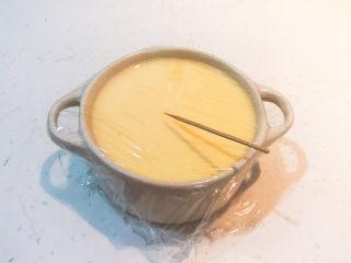 鸡蛋牛奶布丁,用牙签扎20个排气的小孔