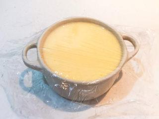 鸡蛋牛奶布丁,在蒸碗上面盖好耐高温保鲜膜