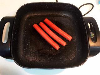 冬至美食  正宗东北烤冷面,把火腿肠煎透,表皮微焦