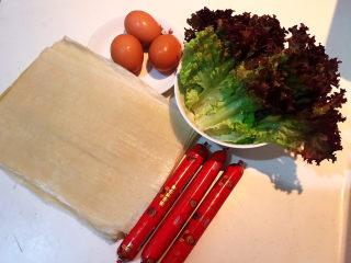 冬至美食  正宗东北烤冷面,准备食材:东北冷面,无淀粉儿童火腿肠,土鸡蛋,紫边生菜叶