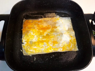 冬至美食  正宗东北烤冷面,煎至鸡蛋液凝固