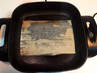 冬至美食  正宗东北烤冷面,烤锅刷一层大豆色拉油,加入一张冷面,小火煎制