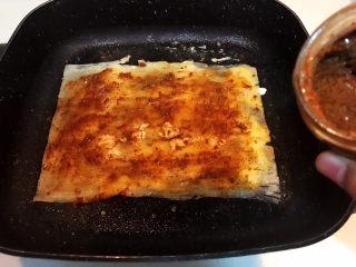 冬至美食  正宗东北烤冷面,在冷面上面刷一层辣酱