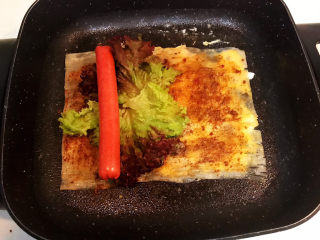 冬至美食  正宗东北烤冷面,加入煎好的火腿肠
