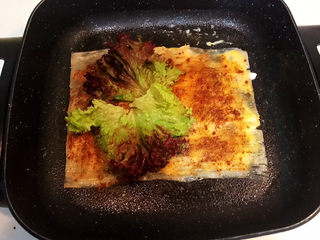 冬至美食  正宗东北烤冷面,加入生菜