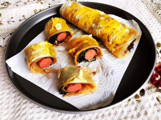 冬至美食  正宗东北烤冷面,把煎好的大冷面切成小段就可以吃了~