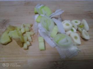 冬至美食+三种口味的面鱼汤,葱、姜切碎,蒜切片