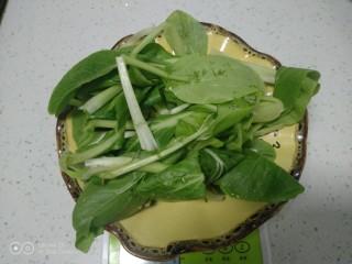 冬至美食+三种口味的面鱼汤,上海青洗净控干水分
