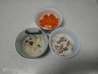 冬至美食+三种口味的面鱼汤,红薯、山药、胡萝卜蒸熟分别放入碗中,捣成泥