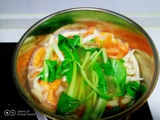 冬至美食+三种口味的面鱼汤,大火煮开放入面鱼,面鱼全部煮至断生,放入上海青