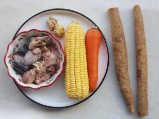 冬至美食 营养滋补的山药炖鸡汤,准备好所有食材。