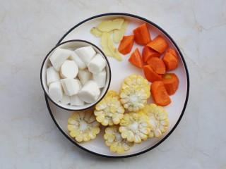 冬至美食 营养滋补的山药炖鸡汤,鸡肉洗净剁成块,玉米切断,山药、胡萝卜去皮切滚刀块,姜去皮切片。