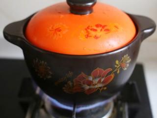 冬至美食 营养滋补的山药炖鸡汤,大火煮开小火慢炖1个半小时。